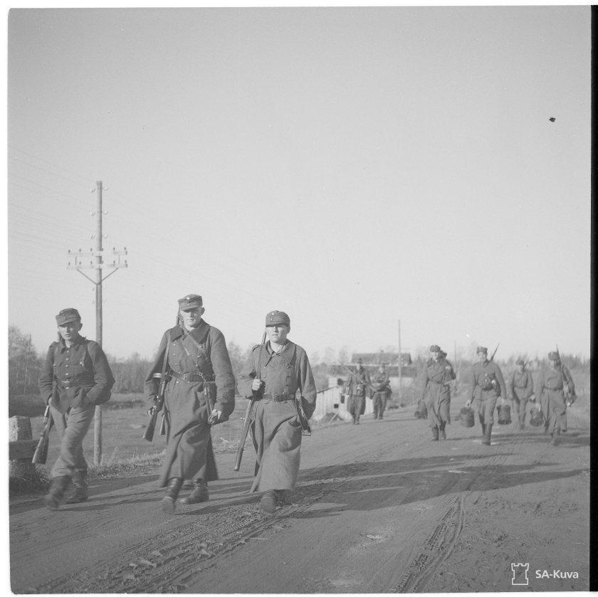 Suomalaisjoukkoja etemässä kohti Kemiä 3.10.1944.
