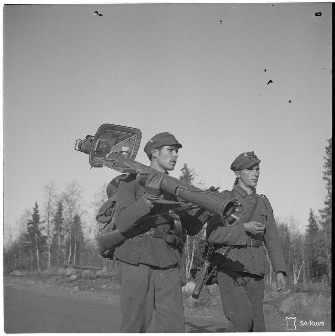 Saksalaisia vastaan käytiin myös heidän omilla aseillaan. Kuvassa panssarikauhu eli sinko. Tornio 3.10.1944. SA-Kuva.