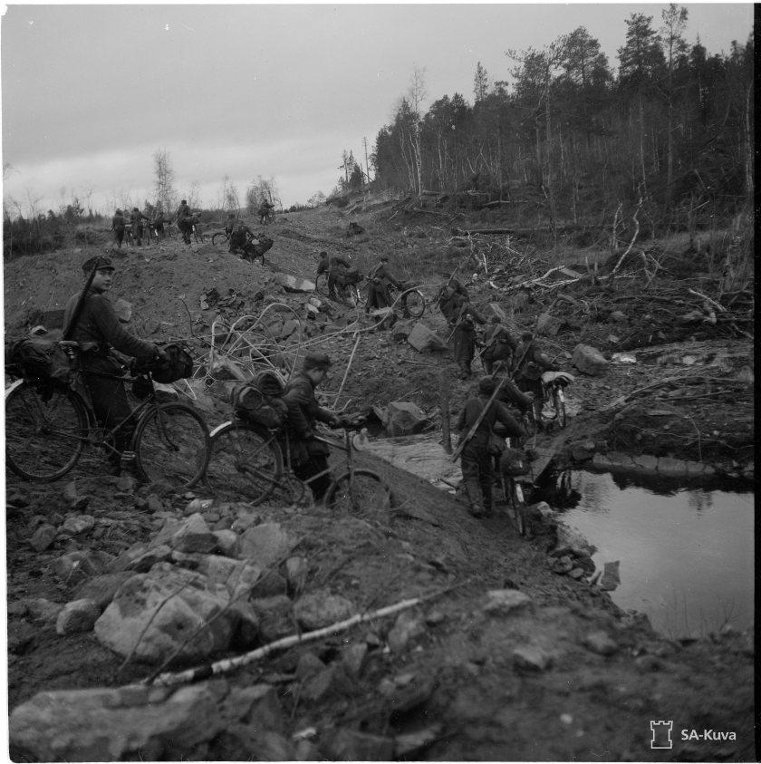 Jääkäreitä Jäämerentiellä marraskuun alussa 1944. Saksalaisten takaa-ajoa hidastivat sangen huonoon kuntoon päässeet tiet...