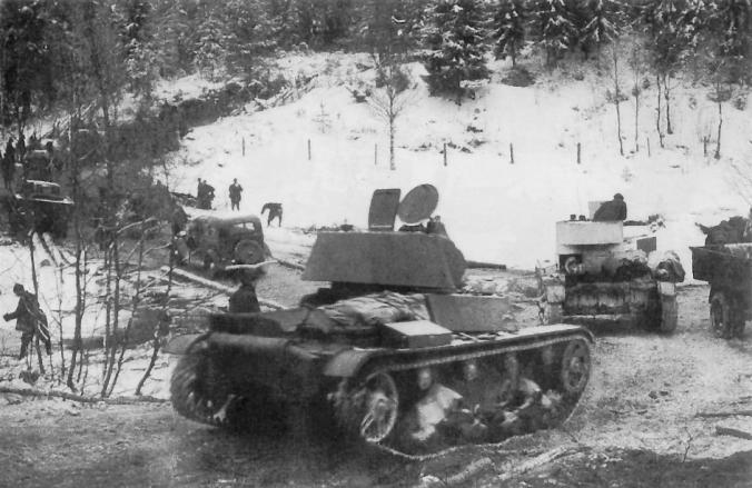 NL:n 7. Armeija etenee Karjalan Kannaksella. Etualalla T-26-panssarivaunu.