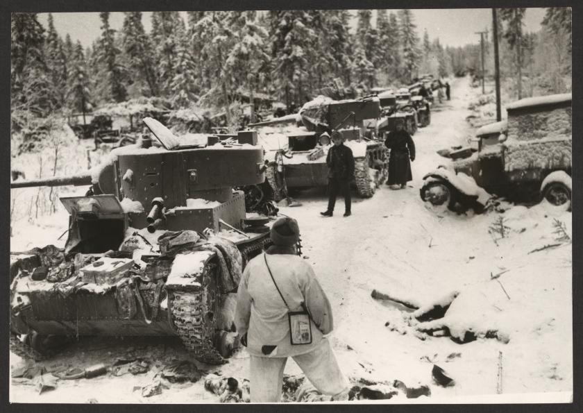 """""""Raatteen ruuhkaa"""". Joukossa oli muun muassa lukuisia T-26-panssarivaunuja. Library of Congress."""