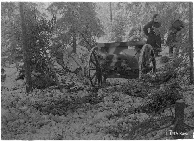 75-millinen tykki tuliasemassa Raatteen suunnalla tammikuun alussa. SA-Kuva.