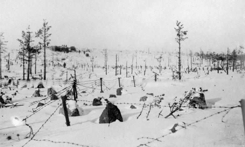 Piikkilangat ja panssariesteet, taustalla näkyy Sj 5.