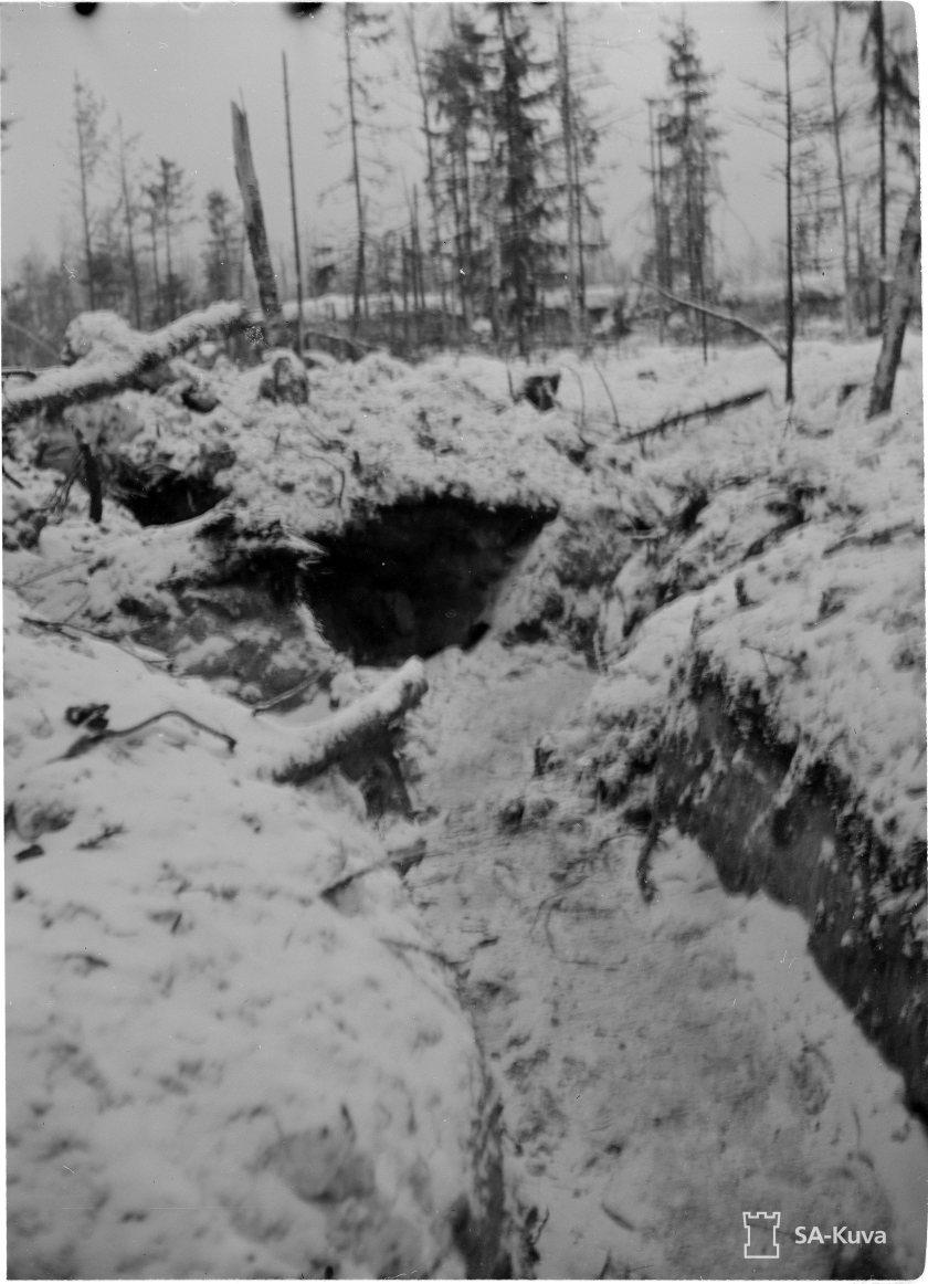 Keskityksen jälkeen korjattua yhdyshautaa. Tällaisessa maastossa suomalaiset taistelivat hyökkääjää vastaan. SA-Kuva.