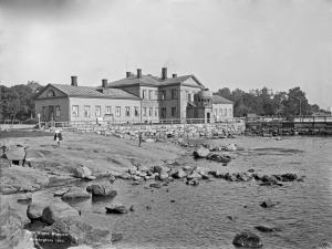 Helsingin Kaivopuistossa sijainnut Ullanlinnan kylpylaitos. Signe Brander 1910.