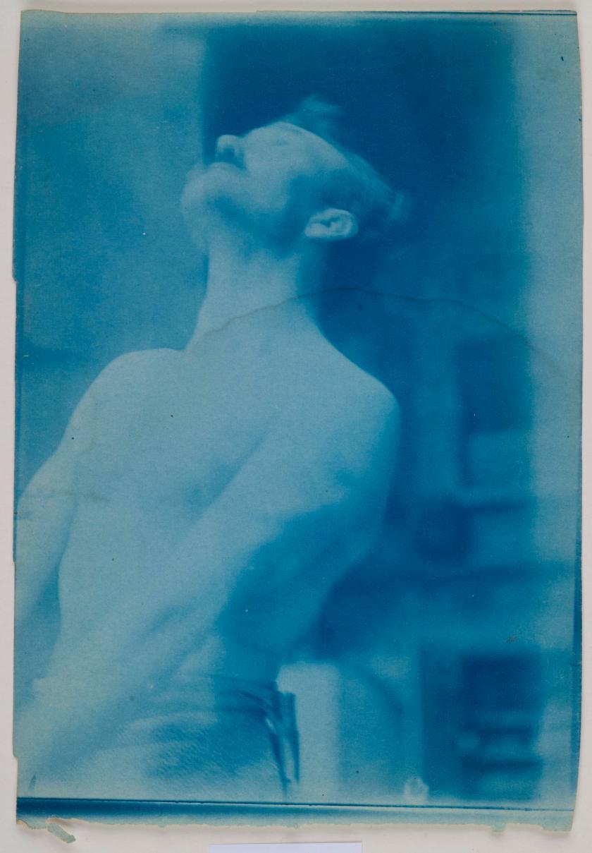 Axel Gallén poseeraa mallina Sammon ryöstö teosta varten ateljeessaan Helsingin Pirtti-ateljeessaan n. vuonna 1906.