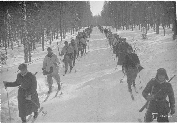 Suomalaisia vetäytymässä uuden rajan taakse Kuhmon suunnalla 16.3.1940. SA-Kuva.