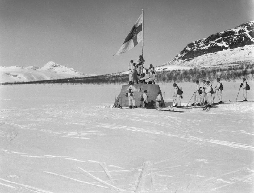 Lipunnosto kolmen valtakunnan rajapyykillä 27.4.1945.