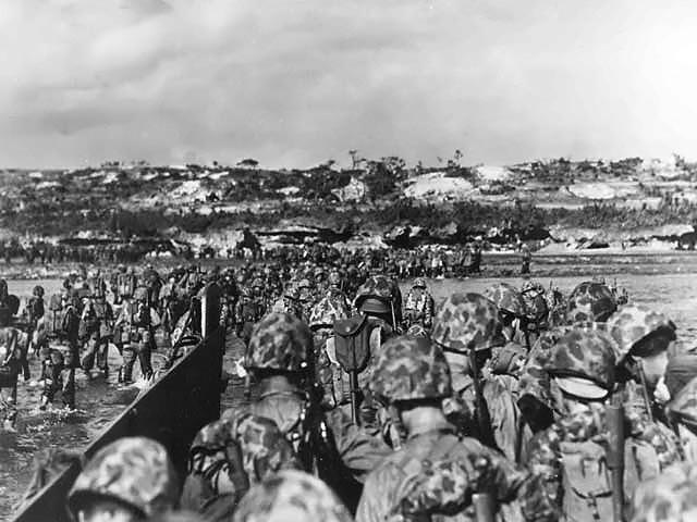 Yhdysvaltain merijalkaväki rantautumassa Okinawalle 1.4.1945.