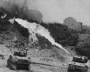 Amerikkalaiset käyttivät liekinheittimiä japanilaisten laajoja luolastoja vastaan. Kuva: Public domain.