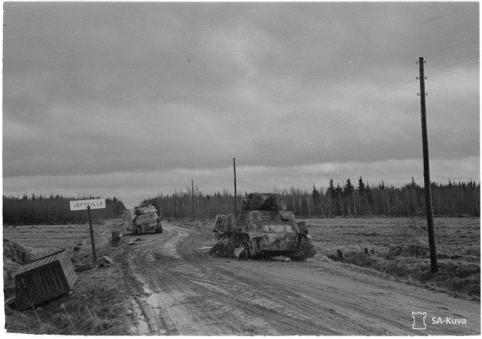 Kemin ja Tornion taisteluissa tuhottuja saksalaisia panssareita Kemi-Tornion maantiellä. SA-kuva.